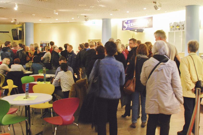 Besucher im Foyer des Planetariums Nürnberg