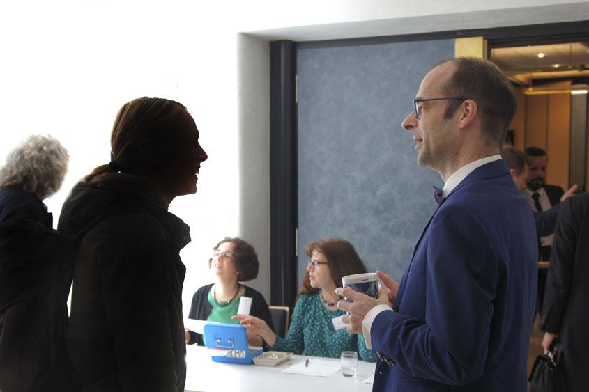 Claus Gebert mit Besucherin des Humanistischen Salons