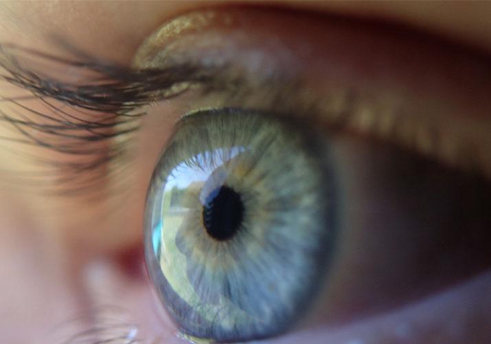 Menschliches Auge in Nahaufnahme