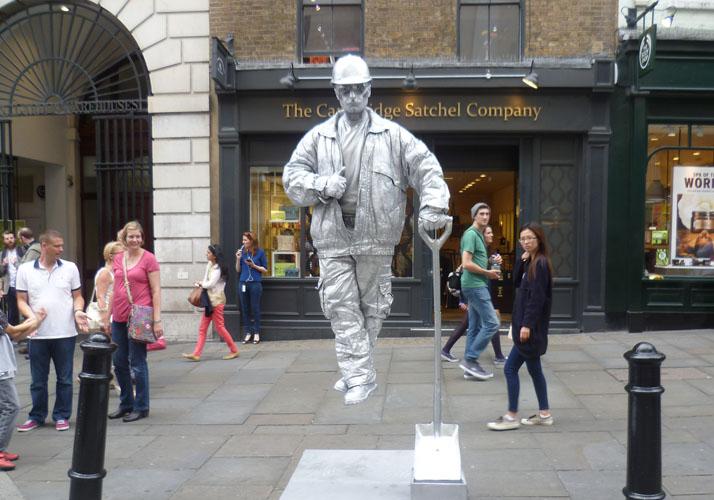 Straßenkünstler in Silberfarbe