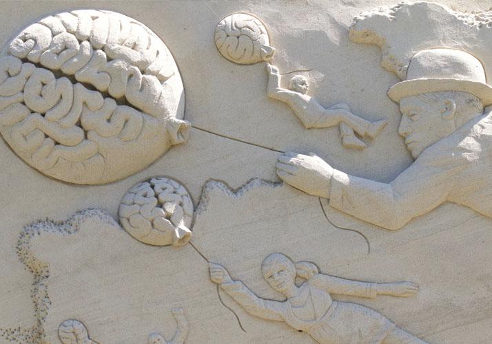 Sandskulptur von Gehirnen als Ballons