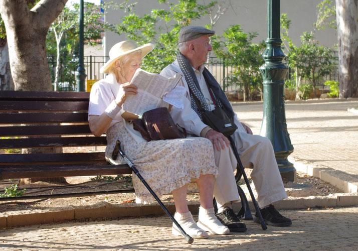 Senioren-Paar auf einer Parkbank