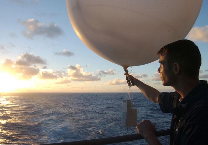 Wetterballon wird von Schiff aus gestartet