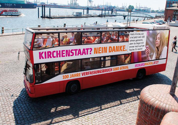Bus mit Aufschrift »Kirchenstaat? Nein danke.«
