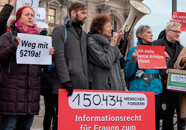 Kristina Hänel inmitten einer Gruppe Demonstranten