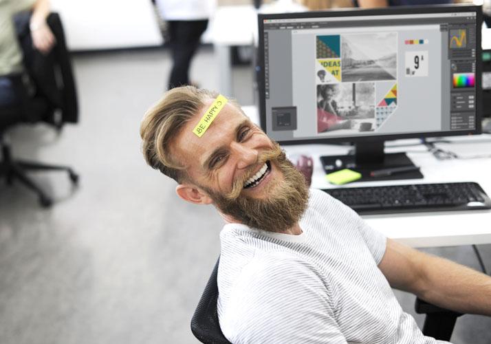 Lachender Mann im Büro
