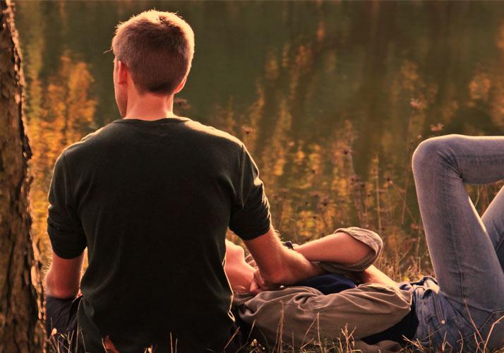 Junges Paar auf einer Wiese