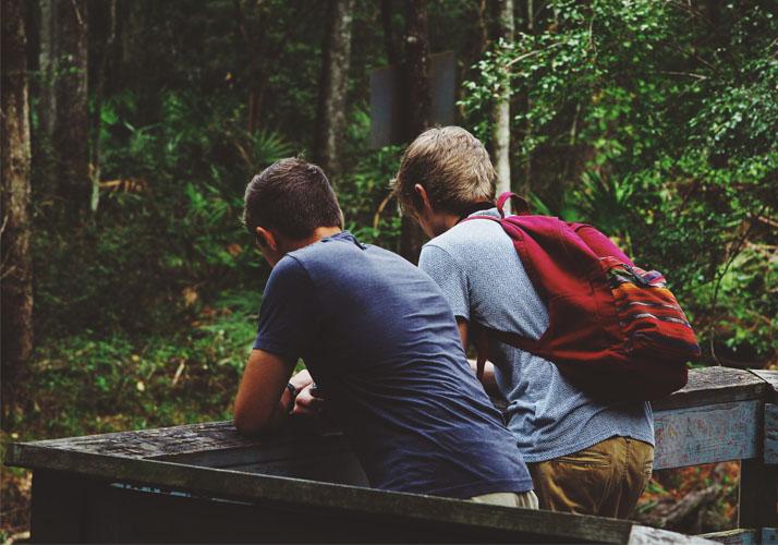 Zwei junge Männer gemeinsam auf Tour